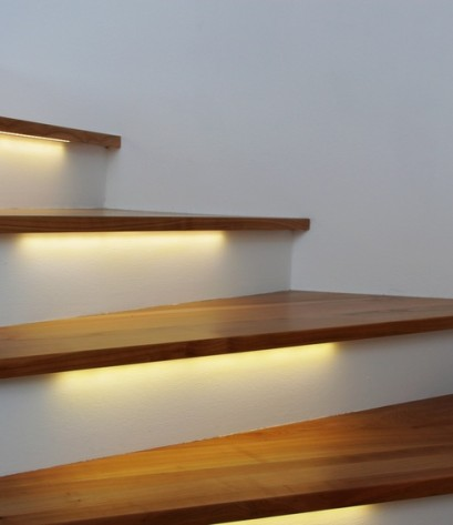 Moderne beleuchtete Treppenstufen