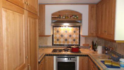Küchennische mit gefliester Arbeitsfläche