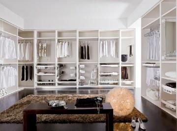 Ankleidezimmer mit aufwändig gestaltetem Regalsystem