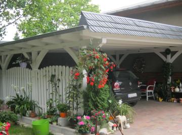 Carport mit Zaun und Flachdach