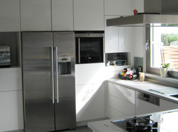 Küche mit weißen Fronten und Fenster