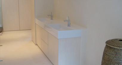 Waschbecken mit Unterschrank in hellem Farbton