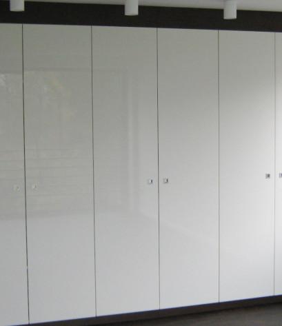 Individuell gefertigter Schlafzimmerschrank mit weißen Fronten