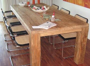 Massiver Esstisch aus Holz mit Stühlen