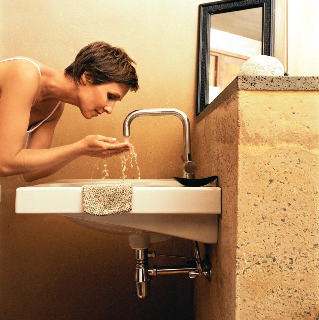 Waschbecken im WC in natürlichem Look mit Lehmputz