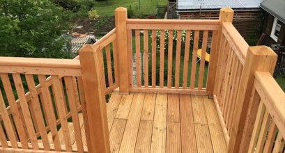 Balkon und Geländer aus Holz gefertigt
