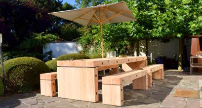 Individueller Gartentisch mit Bänken