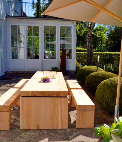 Gartentisch in der Seitenansicht